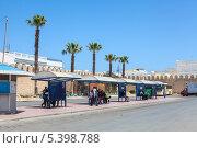 Купить «Центральная автобусная остановка в медине города Монастир, Тунис», фото № 5398788, снято 4 мая 2012 г. (c) Кекяляйнен Андрей / Фотобанк Лори