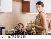 Купить «Женщина держит кастрюлю на кухне», фото № 5399688, снято 3 декабря 2013 г. (c) Майя Крученкова / Фотобанк Лори