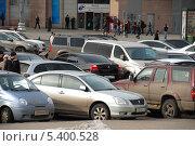 Купить «Плотная парковка машин около метро Киевская, Москва», эксклюзивное фото № 5400528, снято 28 марта 2010 г. (c) lana1501 / Фотобанк Лори