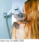 Девушка с котом моются в душе. Стоковое фото, фотограф Петр Малышев / Фотобанк Лори