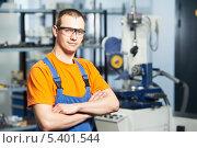 Купить «Портрет рабочего в заводском цеху», фото № 5401544, снято 18 апреля 2012 г. (c) Дмитрий Калиновский / Фотобанк Лори