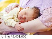 Купить «Новорожденный малыш спит на руках мамы», фото № 5401600, снято 15 декабря 2013 г. (c) Дмитрий Калиновский / Фотобанк Лори