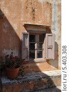 Старое окно с цветочным горшком. Монастырь Агия Триада. Крит. Стоковое фото, фотограф Михаил Патраков / Фотобанк Лори
