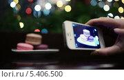 Купить «Человек фотографирует миндальное печенье», видеоролик № 5406500, снято 18 декабря 2013 г. (c) Данил Руденко / Фотобанк Лори