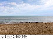 Купить «Пустынный песочный пляж Адриатического моря», фото № 5406960, снято 3 ноября 2013 г. (c) Евгений Ткачёв / Фотобанк Лори