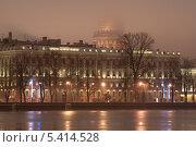 Вид с невы на набережную в тумане и Исаакиевский собор на заднем плане. Сантк-Петербург (2013 год). Стоковое фото, фотограф Александр Ольхов / Фотобанк Лори