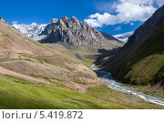 Горы и река на фоне синего неба с облаками. Тянь-Шань. Киргизия. Стоковое фото, фотограф Евгений Дубинчук / Фотобанк Лори