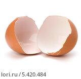 Купить «Разбитая скорлупа куриного яйца на белом фоне», фото № 5420484, снято 17 мая 2011 г. (c) Natalja Stotika / Фотобанк Лори