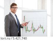 Купить «бизнесмен указывает на письменную доску с нарисованным Форекс графиком», фото № 5421740, снято 3 октября 2013 г. (c) Syda Productions / Фотобанк Лори