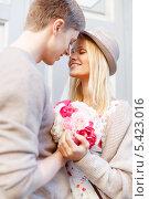 Купить «романтическая пара с букетом цветов на улице», фото № 5423016, снято 6 сентября 2013 г. (c) Syda Productions / Фотобанк Лори
