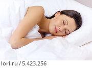 Купить «красивая брюнетка спит в постели», фото № 5423256, снято 23 ноября 2013 г. (c) Syda Productions / Фотобанк Лори