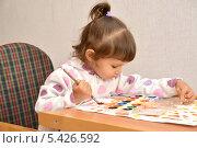 Купить «Маленькая девочка рисует акварельными красками», фото № 5426592, снято 27 ноября 2013 г. (c) Ирина Борсученко / Фотобанк Лори