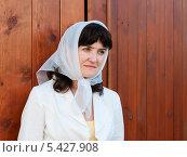Купить «Симпатичная женщина средних лет возле деревянной стены», эксклюзивное фото № 5427908, снято 17 мая 2013 г. (c) Игорь Низов / Фотобанк Лори