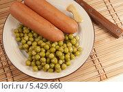 Купить «Сосиски с зелёным горошком и горчицей», фото № 5429660, снято 30 октября 2013 г. (c) Александр Курлович / Фотобанк Лори
