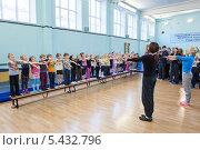 Купить «Дыхательные упражнения после тренировки в детской секции акробатики, Санкт-Петербург», фото № 5432796, снято 21 декабря 2013 г. (c) Кекяляйнен Андрей / Фотобанк Лори