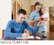 Купить «Молодая семья с маленьким ребенком после ссоры  из-за денег у себя дома», фото № 5441136, снято 16 декабря 2017 г. (c) Яков Филимонов / Фотобанк Лори