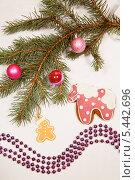 Купить «Новогодние украшения и пряничная лошадка на столе», фото № 5442696, снято 30 декабря 2013 г. (c) Юлия Кузнецова / Фотобанк Лори