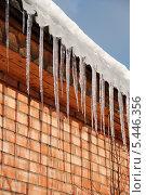 Купить «Весенние сосульки свисают с крыши», эксклюзивное фото № 5446356, снято 7 марта 2011 г. (c) lana1501 / Фотобанк Лори