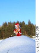 Купить «Дед Мороз с саксофоном на сугробе снега», фото № 5447500, снято 3 января 2014 г. (c) Валерий Митяшов / Фотобанк Лори