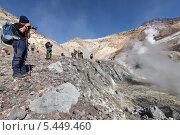 Купить «Туристы фотографируют в кратере Мутновского вулкана. Камчатка», фото № 5449460, снято 11 сентября 2013 г. (c) А. А. Пирагис / Фотобанк Лори