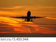 Взлет самолета в закатное небо во время часа-пик в московской воздушной зоне. Стоковое фото, фотограф Sergey Kustov / Фотобанк Лори