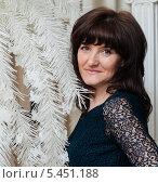 Купить «Портрет симпатичной женщины средних лет», эксклюзивное фото № 5451188, снято 31 декабря 2013 г. (c) Игорь Низов / Фотобанк Лори