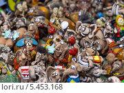 Купить «Игрушки в сувенирной лавке», эксклюзивное фото № 5453168, снято 8 декабря 2013 г. (c) Сергей Лаврентьев / Фотобанк Лори