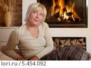Купить «Женщина средних лет мечтает у камина», фото № 5454092, снято 8 сентября 2013 г. (c) Алексей Кузнецов / Фотобанк Лори