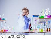 Купить «Мальчик работает в лаборатории с различными колбами и пробирками с цветными жидкостями», фото № 5462168, снято 19 октября 2013 г. (c) Гурьянов Андрей / Фотобанк Лори