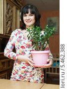 Купить «Женщина с цветком в горшке», фото № 5462388, снято 14 ноября 2012 г. (c) Яков Филимонов / Фотобанк Лори