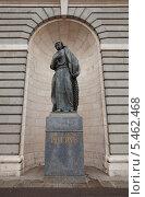 Купить «Статуя Апостола Петра у главного фасада Кафедрального Собора Санта-Мария-ла-Реаль-де-ла-Альмудена. Мадрид, Испания», фото № 5462468, снято 31 декабря 2013 г. (c) Иван Марчук / Фотобанк Лори