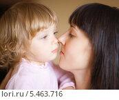 Купить «Портрет счастливых мамы и дочки крупным планом, мягкий фокус», фото № 5463716, снято 15 октября 2009 г. (c) Станислав Фридкин / Фотобанк Лори