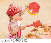 Купить «Девочка играет в песочнице», фото № 5463812, снято 16 июля 2009 г. (c) Станислав Фридкин / Фотобанк Лори