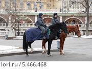 Купить «Конная милиция в Александровском саду в Москве смотрит за порядком», эксклюзивное фото № 5466468, снято 27 марта 2011 г. (c) lana1501 / Фотобанк Лори