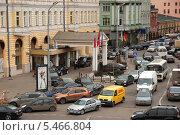 Купить «Плотное движение транспорта на улице Балчуг, Москва», эксклюзивное фото № 5466804, снято 30 марта 2010 г. (c) lana1501 / Фотобанк Лори