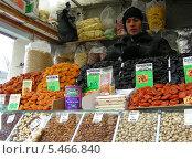 Купить «Продавец-таджик на рынке продает сухофрукты», эксклюзивное фото № 5466840, снято 26 марта 2011 г. (c) lana1501 / Фотобанк Лори