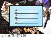 Планшетный компьютер с чек-листом на экране, монеты, купюры, лупа, очки и диск на столе. Стоковое фото, фотограф Виталий Китайко / Фотобанк Лори