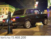 Неправильно припаркованный автомобиль в центре города (2013 год). Стоковое фото, фотограф Александр Невский / Фотобанк Лори