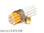 Купить «Сигареты, обмотанные цепью с замком. На белом фоне», эксклюзивное фото № 5473104, снято 11 января 2014 г. (c) Юрий Морозов / Фотобанк Лори