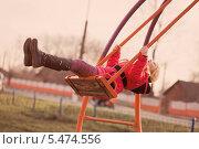Девочка на качелях. Стоковое фото, фотограф Майя Крученкова / Фотобанк Лори