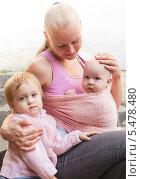 Купить «Молодая мама с двумя маленькими детьми», фото № 5478480, снято 24 августа 2013 г. (c) Оксана Ковач / Фотобанк Лори