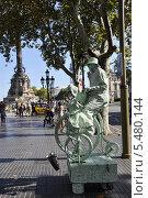 Купить «Живая скульптура на бульваре Рамбла. Барселона. Испания.Вид на памятник Колумбу», фото № 5480144, снято 1 сентября 2013 г. (c) Лада Иванова / Фотобанк Лори