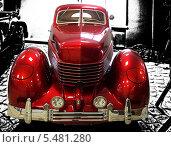 Красный ретро автомобиль Cord на черно белом фоне (2010 год). Редакционное фото, фотограф Алексей Горбунов / Фотобанк Лори