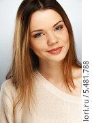 Купить «Молодая улыбающаяся девушка с длинными волосами», фото № 5481788, снято 9 ноября 2013 г. (c) Andrejs Pidjass / Фотобанк Лори