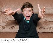 Мальчик-подросток закрыл глаза и тянет руки вверх. Стоковое фото, фотограф Игорь Низов / Фотобанк Лори
