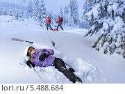лыжница после падения ждет спасателей на горнолыжном склоне. Стоковое фото, фотограф CandyBox Images / Фотобанк Лори