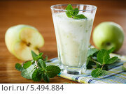 Купить «Яблочный смузи», фото № 5494884, снято 17 января 2014 г. (c) Peredniankina / Фотобанк Лори