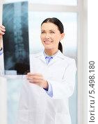 Купить «улыбающаяся врач рассматривает рентгеновский снимок», фото № 5498180, снято 1 декабря 2013 г. (c) Syda Productions / Фотобанк Лори