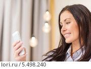 Купить «деловая девушка со смартфоном в гостиничном номере», фото № 5498240, снято 23 ноября 2013 г. (c) Syda Productions / Фотобанк Лори