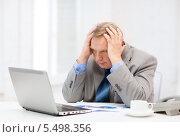Купить «расстроенный пожилой мужчина перед ноутбуком и чашкой кофе», фото № 5498356, снято 12 октября 2013 г. (c) Syda Productions / Фотобанк Лори